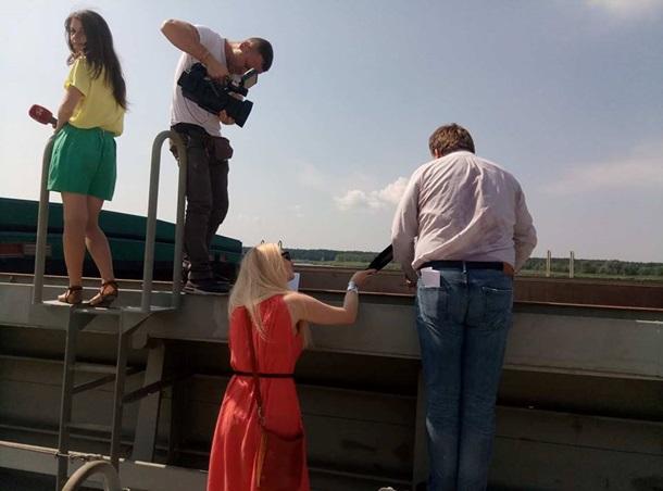 НаКиївщині вивантажують збаржі херсонські кавуни