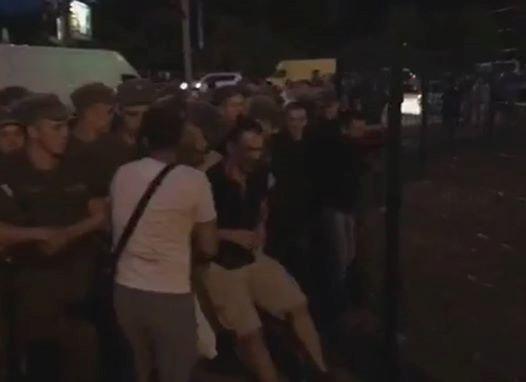 ВКиеве около станции метро «Лесная» протестующие перекрыли дорогу, произошли стычки