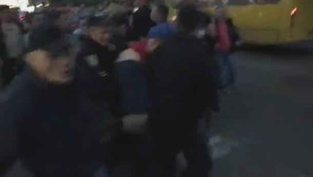 ВКиеве люди покрышками перекрыли дорогу: произошли стычки сполицией