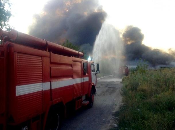 ВДнепре совзрывами пламенеют  склады, огонь перебросился нажилые дома
