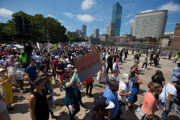 В Бостоне прошла многотысячная демонстрация противников ультраправых