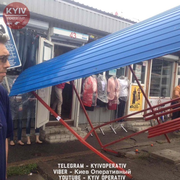 ВКиеве автобус протаранил остановку слюдьми