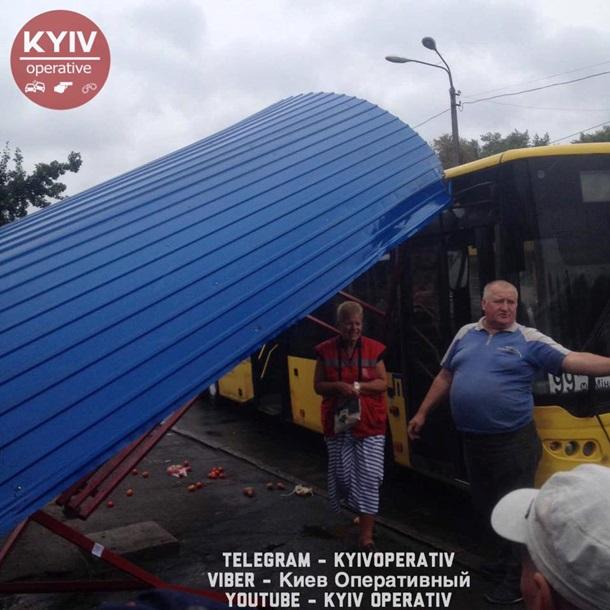 ВКиеве автобус протаранил остановку, людей разбросало потротуару