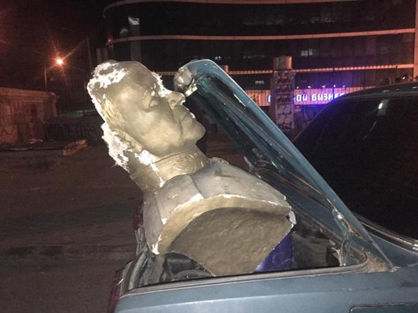 ВОдессе бюст Жукова разбили, похитили иповесили намосту вцентре