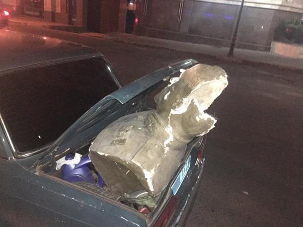 Вандалы разбили монумент маршалу Жукову вОдессе