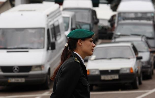 Более сотни грузовиков все еще стоят в очереди на российско-украинской границе