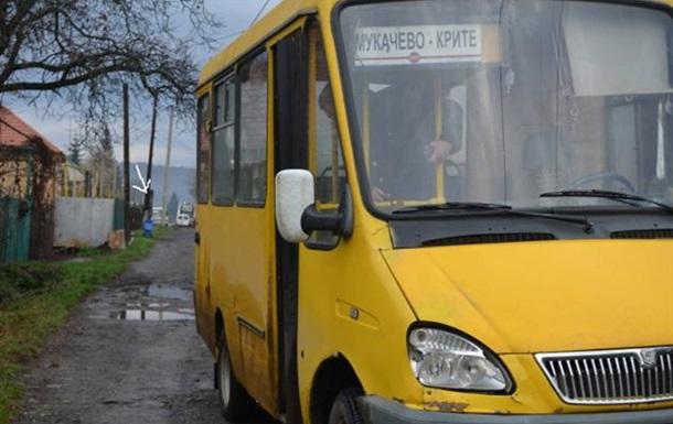 На Закарпатье маршрутка въехала в остановку с людьми, есть пострадавшие