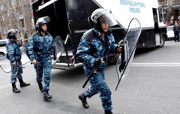 Столкновения в Ереване: Пострадали восемь полицейских и подросток