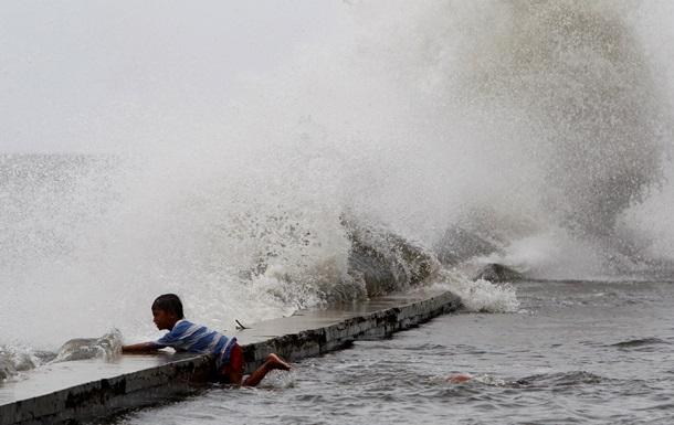 На Филиппинах эвакуируют людей перед мощным тайфуном