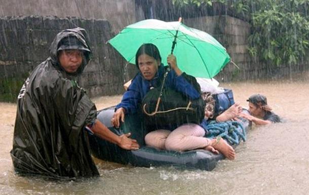 Жертвами мощнейшего тайфуна Хайян стали уже три человека