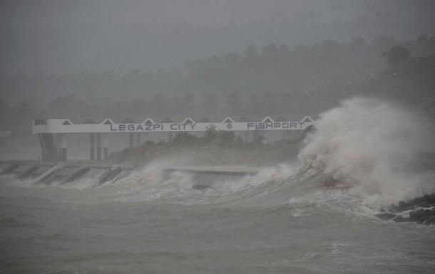 Супертайфун на Филиппинах: аэропорты закрыты, на пляжи обрушились шестиметровые волны