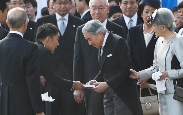 В Японии депутата наказали за переданное императору письмо