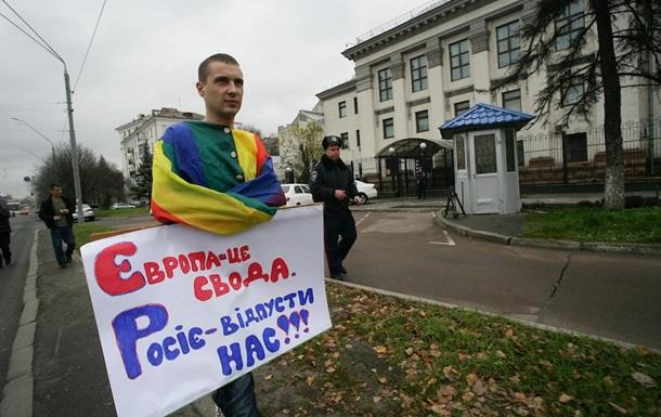 Россия, отпусти! Под посольством РФ в Киеве состоялся моно-пикет ЛГБТ-активиста