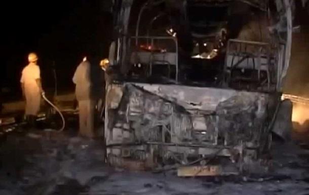 В Индии автобус врезался в разделительное ограждение, погибли 7 человек, более 40 ранены