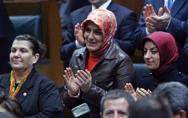 В Турции женщинам-депутатам разрешили заседать в парламенте в брюках