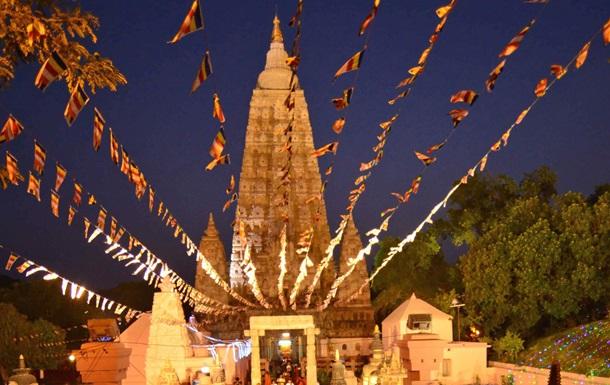 Для украшения знаменитого храма Махабодхи в Индии король Таиланда пожертвовал 100 кг золота