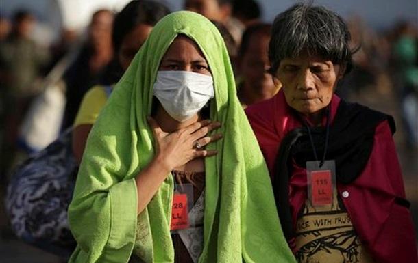 На Филиппинах в лагерях беженцев не хватает мест для оставшихся без крова людей
