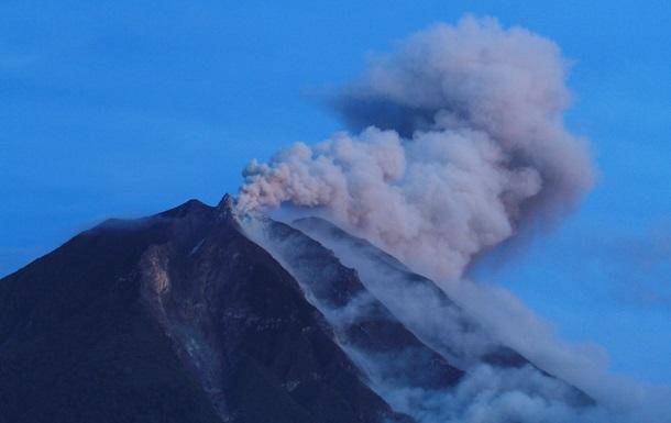 В Индонезии отменены авиарейсы из-за извержения двух вулканов