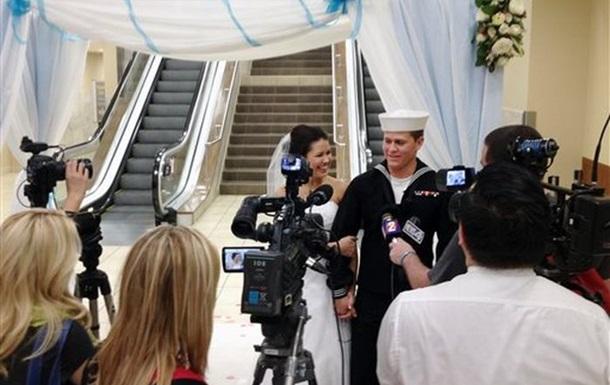 В США моряк женился на школьной подруге в аэропорту