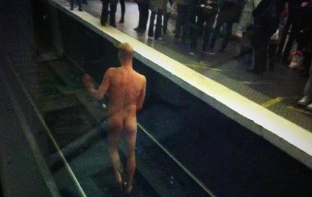 В парижском метро голый мужчина заблокировал движение поездов