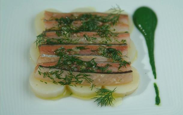 Рыбный день. Рецепт карпаччио из сельди с крапивным соусом от повара Свена Эрика Ренаа