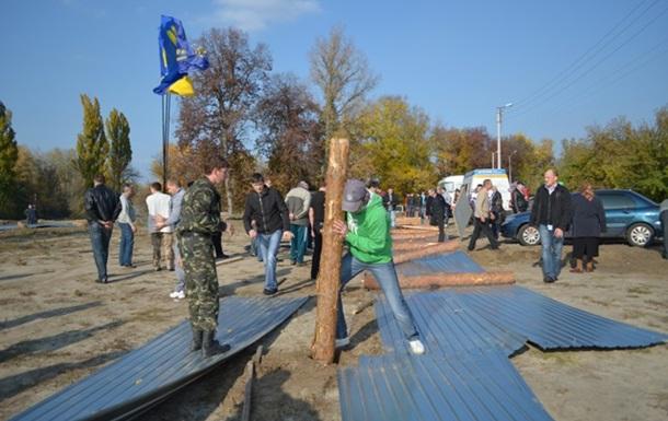 Oбурена громада на чолі з народними депутатами демонтувала паркан