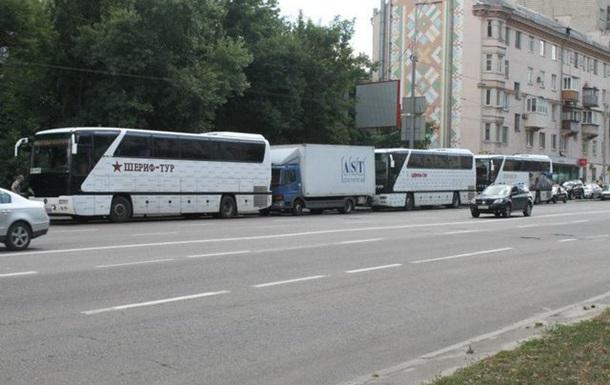 Донецькі автобуси паркують та миють в центрі Києва