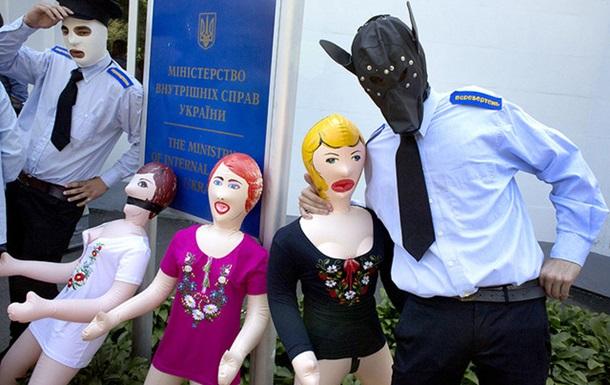 Рух Гая Фокса влаштував танці з гумовими жінками під МВС