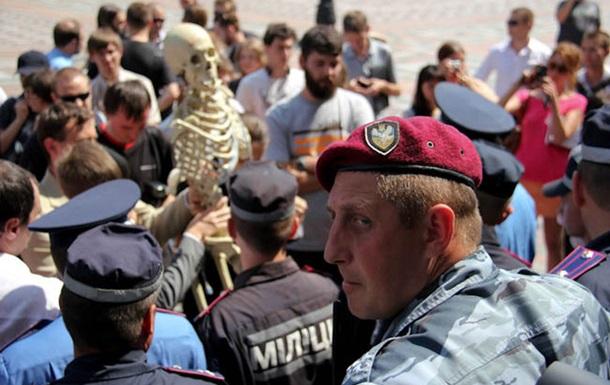 Скелетное возложение  к дверям украинского парламента (ВИДЕО)