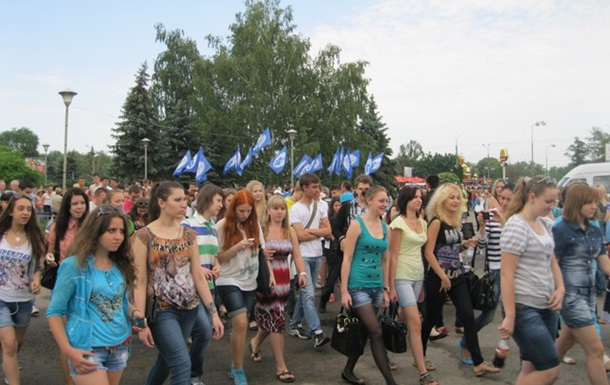 Учнів та студентів зняли з занять та вигнали на  антифашистськи  марш.
