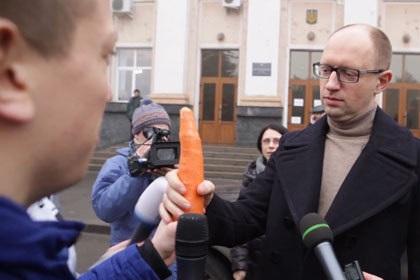 Морковка и фаллоимитатор как символы партии Арсения Яценюка