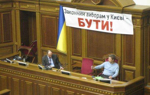 У Верховній Раді зареєстрований аж один депутат і він блокує президію кріслом.