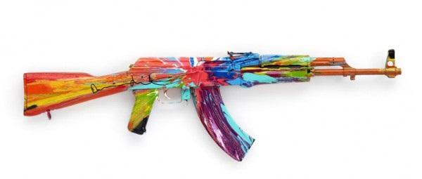 23 художника превратили АК47 в произведение искусства в честь дня мира.