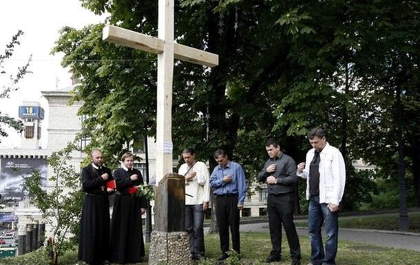 Хрест знов стоїть там, де його знищили Фемен (ФОТО)