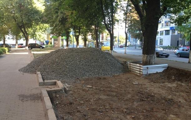 Скандальну забудову алеї на вулиці Московській зупинено!