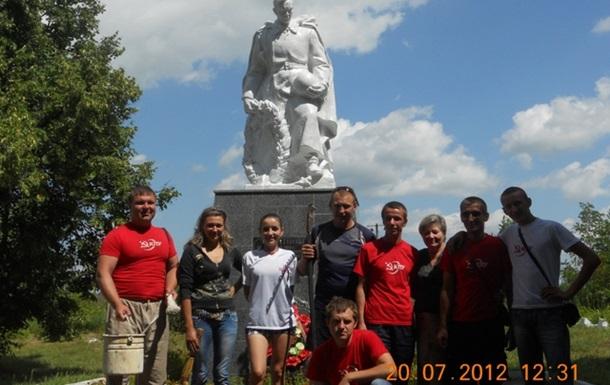 Комсомольцы на мемориале