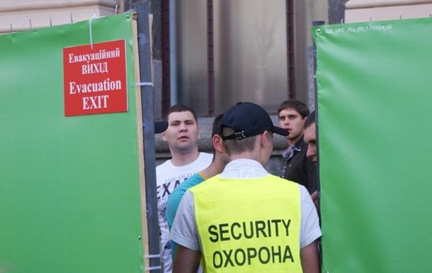Киевскую фан-зону стерегут псевдоохранники, не имеющие разряда