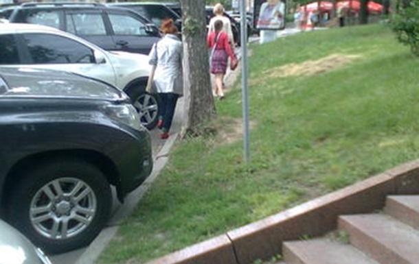 Парковка в Киеве: пешеходы становятся скалолазами и паркуристами...
