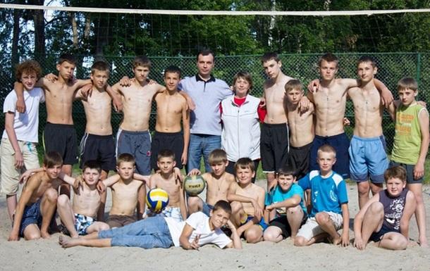 Ігор Зубко допоміг облаштувати майданчик для пляжного волейболу у місті.