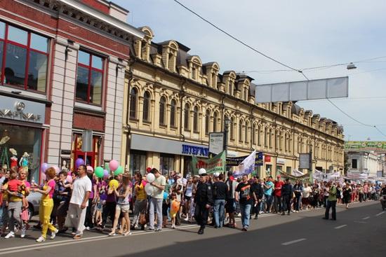 Большие семьи, дети, женихи и невесты – вместо гей-парада в Киеве.