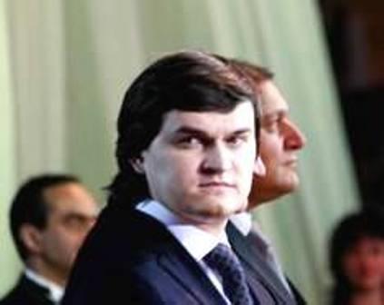 Валерій Писаренко в Харкові підкуповує дітей війни згущеним молоком. ФОТО