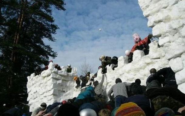 Традиции Масленицы: взятие снежного городка.