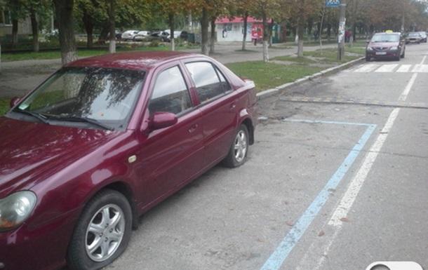 В Киеве на Лесном неизвестные пробили колеса сотни автомобилей