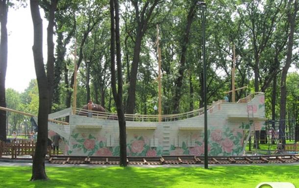 Черные лебеди в Парке Горького в Харькове