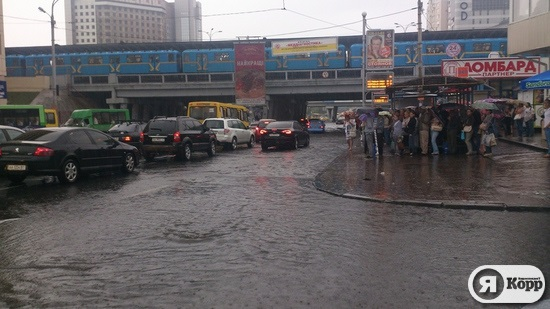 Киев после дождя. Час пик на Левобережной