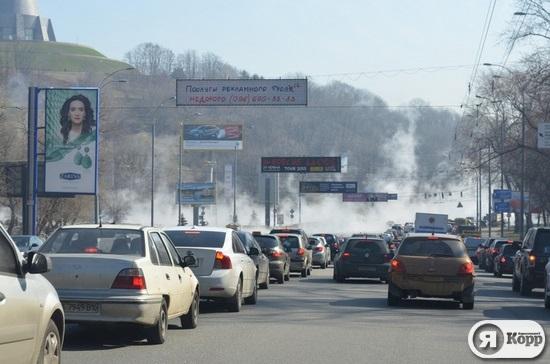 В Киеве зимнюю резину плавят горячей водой