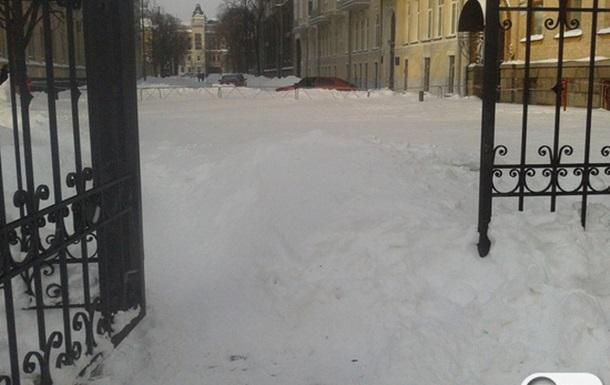 Снег у Администрации Президента 24 марта