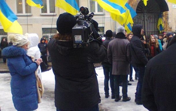 День объятий в Украине. Акция возле Администрации Януковича