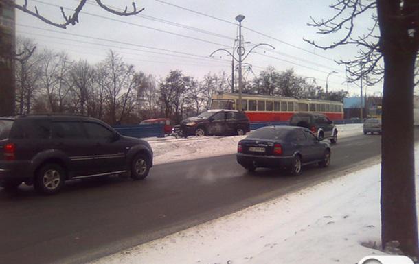 ДТП в Киеве: внедорожник вылетел на пути скоростного трамвая