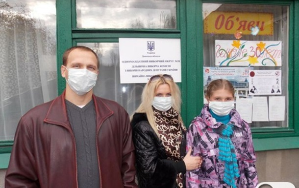 В Мариуполе сотни людей пришли на избирательные участки в масках